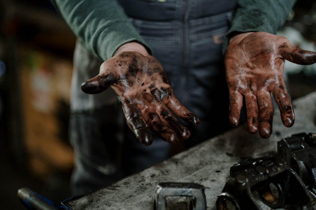 ręce ze smaru