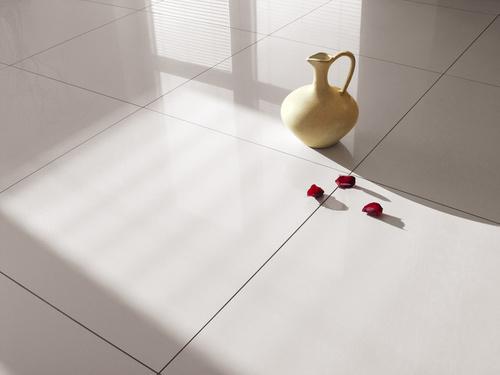Jak usunąć klej z płytek ceramicznych podłogowych?
