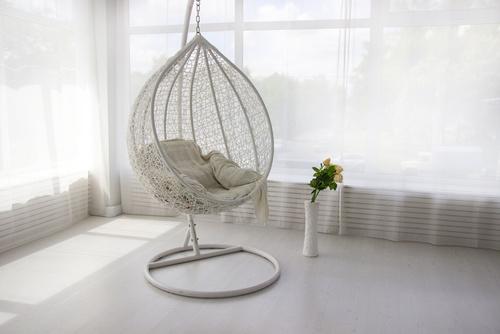 fotel wiszący w sypialni