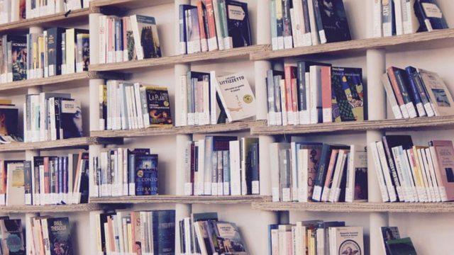 Półka kwadratowa wisząca – prostota i funkcjonalność gwarancją sukcesu
