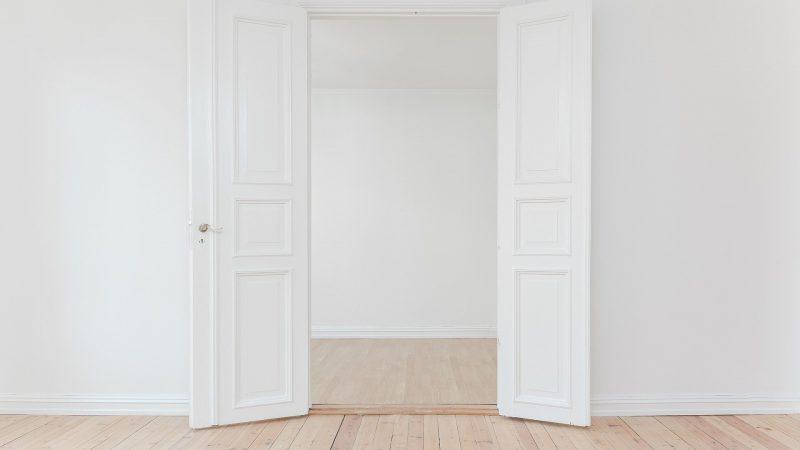 Kiedy zdecydować się na drzwi z ościeżnicą?