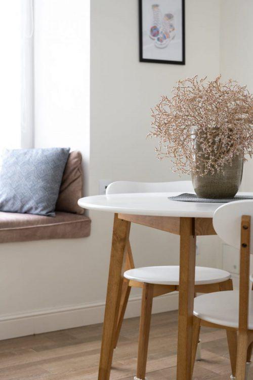 Nowoczesna ława do salonu czy kompaktowy stolik kawowy?